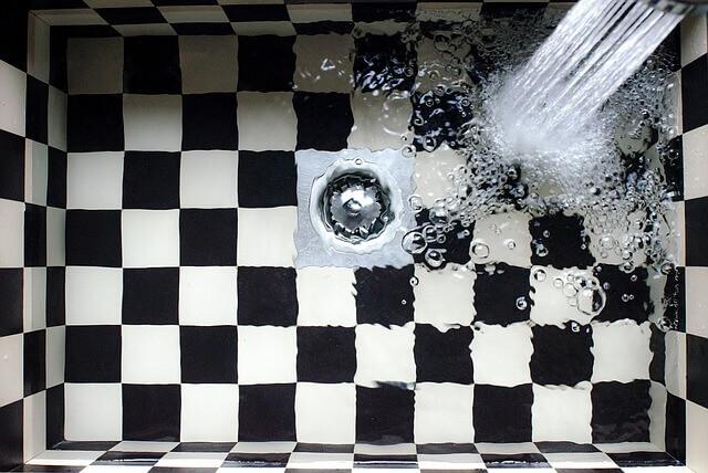 3 דרכים איך להתמודד עם פיצוץ מים מתחת לבלטות